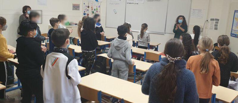 Des enfants apprenent à écrire une chanson en anglais