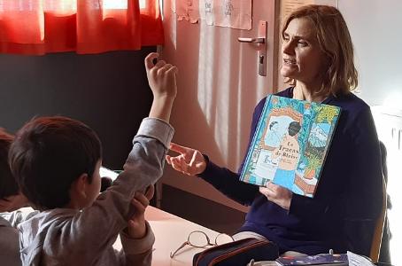 L'auteure Raphaële Frier fait découvrir son livre aux enfants