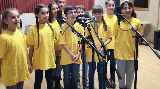 Les enfants enregistrent dans un studio
