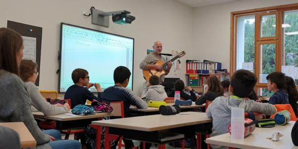 Des enfants apprenent à composer une chanson en classe