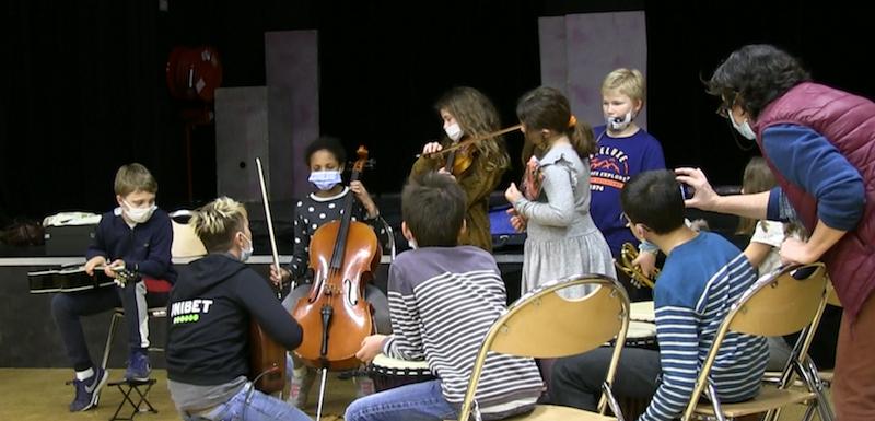 Les enfants-musiciens accompagnés par Charlotte, compositrice interprète